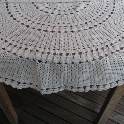 Door oma gemaakt tafelkleed wit rond for Groot rond zwembad